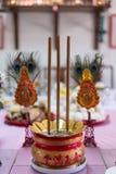 Un cubo de incienso marcado con alfabeto chino representa prosperidad el ritual fue hecho Año Nuevo chino Imagen de archivo