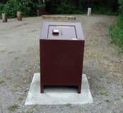 Un cubo de la basura de la Oso-prueba en los territorios del Yukón Imágenes de archivo libres de regalías
