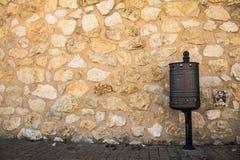 Un cubo de la basura en la calle fotografía de archivo