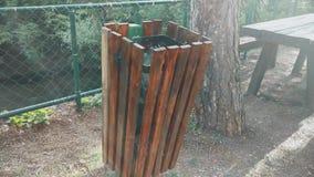 Un cubo de la basura limpio de madera en la montaña almacen de metraje de vídeo