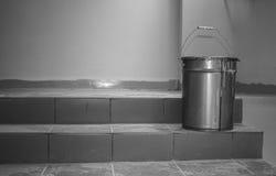 Cubo en las escaleras Imagen de archivo