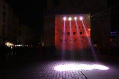 Un cubo rojo grande en el lugar Santo-Jean Fotos de archivo libres de regalías