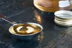 Un cucchiaio da tavola dell'aceto di vino bianco Immagine Stock