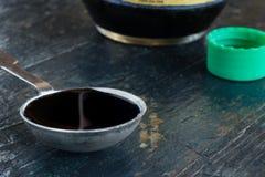 Un cucchiaio da tavola della salsa di soia Fotografia Stock Libera da Diritti