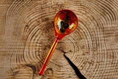 Un cucchiaio di legno dipinto nello stile di Khokhloma - un artigianato russo antico tradizionale fotografia stock