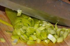 Un cuchillo en el puerro Fotos de archivo