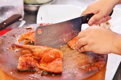 Un cuchillo es pato tajado al carnicero Fotos de archivo libres de regalías