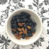 Un cuenco con las frutas y las bayas secas Fotografía de archivo