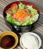 Un cuenco de arroz hervido con los salmones y la verdura Fotos de archivo