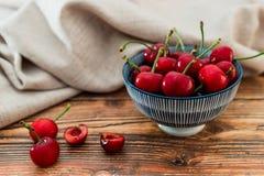 Un cuenco de cereza deliciosa fotos de archivo libres de regalías