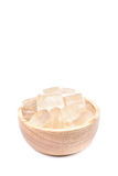 Un cuenco de madera por completo de planta recientemente escogida de Vera del áloe, pelado y Imágenes de archivo libres de regalías