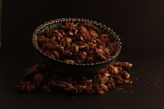 Un cuenco de nueces en fondo oscuro Foto de archivo libre de regalías