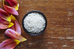 Un cuenco de sal del mar en atmoshere hermoso de la cocina foto de archivo