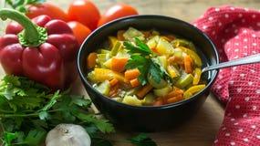 Un cuenco de sopa italiana tradicional del minestrone con los ingredientes Fotografía de archivo libre de regalías