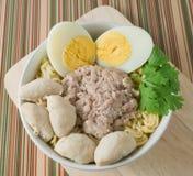 Un cuenco de tallarines inmediatos con la bola de carne y el huevo hervido Foto de archivo