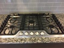 Un cuiseur de gaz intéressant dans la nouvelle cuisine images libres de droits