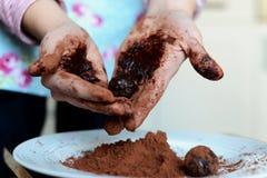 Un cuoco Making Truffles con le mani Fotografie Stock Libere da Diritti