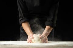 Un cuoco professionista in una cucina professionale prepara la pasta della farina per produrre la pasta bio--italiana concetto de immagini stock libere da diritti