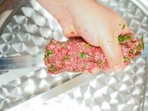 Un cuoco unico che fa kebab Fotografie Stock Libere da Diritti