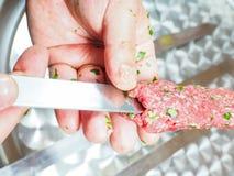 Un cuoco unico che fa kebab Immagini Stock