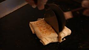 Un cuoco unico deve cucinare l'alimento di Mexican in ristorante, in taci ed in quesadille nel cooktop stock footage