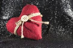 Un cuore del ` s del biglietto di S. Valentino con un fondo nero Fotografia Stock Libera da Diritti