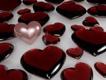 Un cuore della perla fra i cuori di vetro Fotografie Stock Libere da Diritti