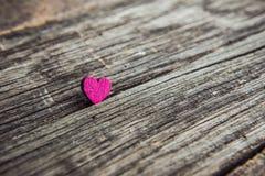 Un cuore di legno su una lavagna Immagini Stock Libere da Diritti