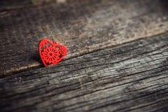 Un cuore di legno su una lavagna Fotografie Stock Libere da Diritti