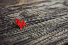 Un cuore di legno su una lavagna Fotografia Stock Libera da Diritti