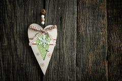 Un cuore di legno su una lavagna Immagini Stock