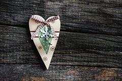 Un cuore di legno su una lavagna Immagine Stock Libera da Diritti