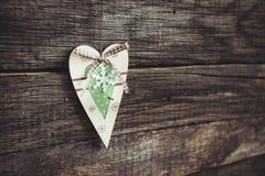 Un cuore di legno su una lavagna Fotografia Stock