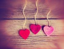 Un cuore di San Valentino su un fondo di legno ha tonificato con un retr Immagini Stock Libere da Diritti
