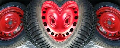 Un cuore fatto delle ruote di automobile rosse Immagini Stock