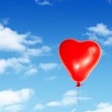 Un cuore rosso ha dettagliato l'aerostato isolato Fotografie Stock