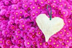 Un cuore su un tappeto dei fiori Immagine Stock