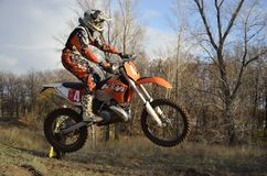 Un curseur de saut sur un motocross de moto Photos stock