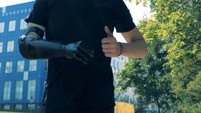 Un cyborg dell'uomo si esercita con la mano robot, fine su archivi video
