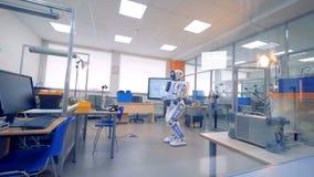 Un cyborg todavía se está colocando en el medio de un laboratorio de la ingeniería metrajes