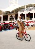 Un cycliste faisant un cycle F1 au village, 20 avril 2012 Image stock