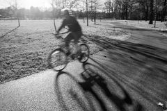 Un cycliste sur Sunny Afternoon Image stock