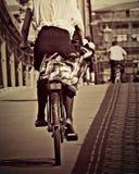 Un cycliste sur un pont à Budapest Image libre de droits