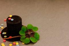 Un cylindre, des confettis et un trèfle chanceux Photo libre de droits