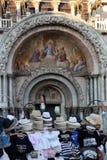 Un débouché de merchant's devant le marco basilic i de San de pazzia Image libre de droits