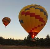 Un décollage chaud de ballon à air de double de Predawn Images libres de droits
