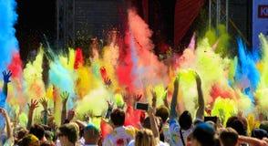 Un défilé de couleurs de holi Image stock
