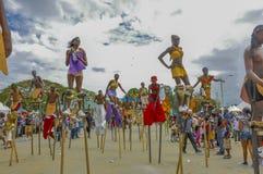 Un défilé de Moko-Jumbies ou de Stiltwakers à la savane de parc du ` s de reine à Port-d'Espagne Photo stock