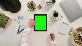 Un défilement de doigt sur l'écran tactile vert Photos libres de droits