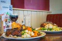 Un déjeuner de dîner de rôti dans le carvery local Photo libre de droits